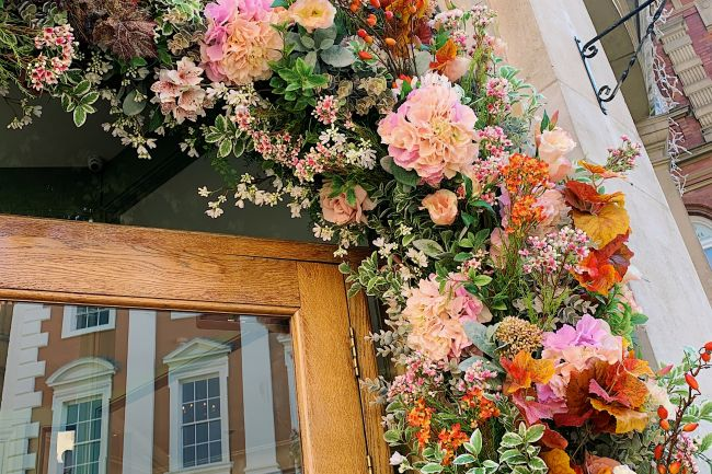 The_Ivy_doorway_flower_display